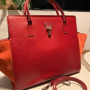 Hela nya!! Original pris är over 10000 kr. Leather , made in Italy . Brand: savas Milano. Size 40*35*15cm, handle 13cm strap: 42 cm