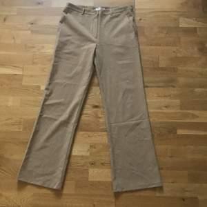 """Säljer dessa byxor som är köpta på plick då de inte passar mig längre eftersom jag gått upp ca 2 storlekar. Skulle säga att de passar stl 38 och även mindre storlekar även fast det står """"L"""" på lappen. Man kan ju ha bälte till dem.😌 Frakten ingår i priset💕"""
