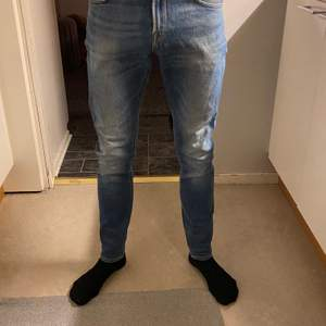 Ett par blåa skinny jeans från lee, endast använda ett fåtal gånger. Inte slitna eller något alls. Innerbenslängden 72cm. Strl 29/30. Frakten kostar 63kr och är spårbar ☺️ fungerar superbra till en mer punk stil, blåa skinny jeans med typ en läder jacka o ett par kängor. Super snyggt