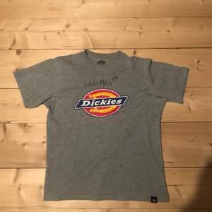 Dickies T-shirt signerad av Anis Don Demina, lite cracks på Dickies märket men annars bra skick.