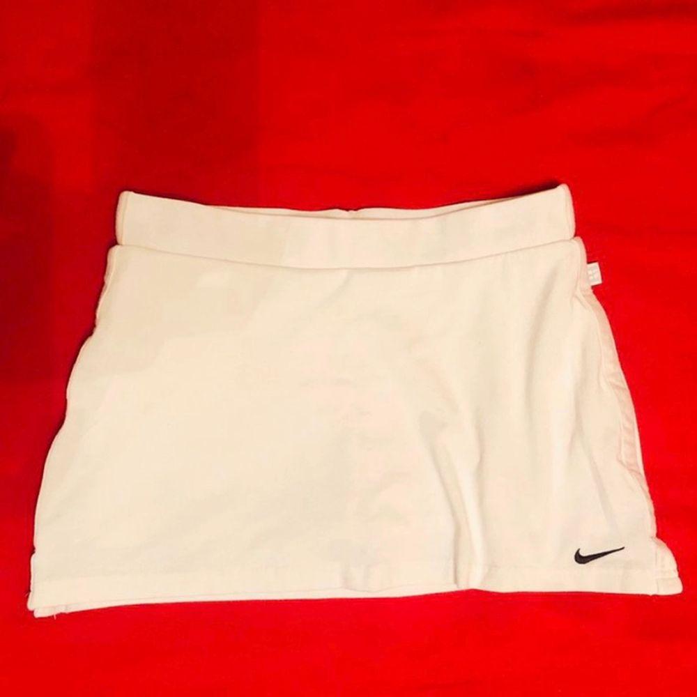 Vit Nike tenniskjol i stlk XS/XXS (ingen prislapp), använd men fortfarande bra skick.. Kjolar.