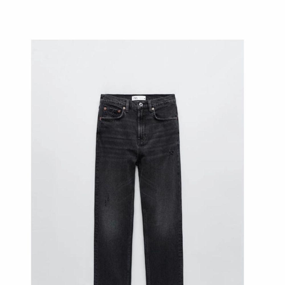 Säljer dessa assnygga svarta jeansen från zara, storlek 38❤️❤️💕💕💕 kan mötas upp i stockholm. Jeans & Byxor.
