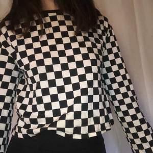 Checkered croptop. Snygg som den är eller under en t-shirt. Bra skick. Säljer pga för lite användning av den. Vill bara få den såld, pruta om ni vill hahah. Jag är 160 och vanligtvis xxs/xs