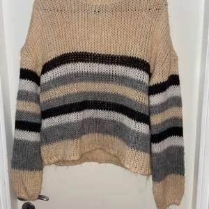 Jättefin stickad tröja från Only. Endast använd ett fåtal gånger då den tyvärr är lite liten. Perfekt att ha en sommarkväll. Köparen står för frakt!