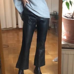 Säljer mina kick flare byxor i fake skinn från twist&tango. Superfina men har tyvärr inte kommit till stor användning för mig. Nypris runt 900 kr.