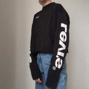 En svart lite over sized tunn tröja från levi's i strl xxs. Den har texten Levi's på båda ärmarna och en liten logga på framsidan. Sällan använd och i bra skick, köparen står för frakten