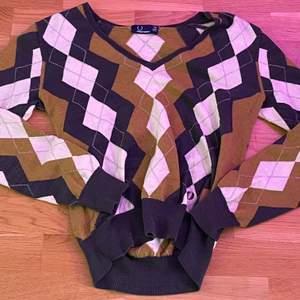 så fin cropad argyle tröja, den är från fred perry, alltså är ny pris runt 1000kr, den är väldigt varm få jag tror den är gjord av ull:) dock är den väldigt skön och sticks nt alls som ull brukar göra:)