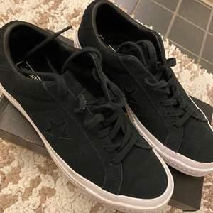 Säljer mina svarta converse i storlek 39. Har använts endast 1 gång så dom är så gott som nya! Skriv gärna till mig om du är intresserad istället för att bara likea:)