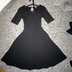 Skit snygg svart klänning med mönster på!!  Asså älskar verkligen men den är för liten för mig😖 så säljer den till någon annan!🥰  ( Har du frågor kontakta mig) och kolla gärna in mina andra saker jag säljer!! Tack på förhand💞💕