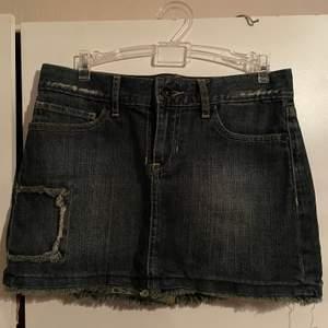 Super fin jeans kjol. Sliten vibe. Säljer för att den är lite för kort för min smak, men kanske passar den någon annan.