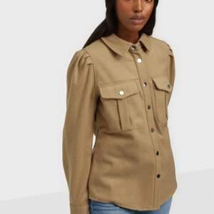 En helt oanvänd beige skjortjacka i storlek 34. Prislapp sitter kvar. Köpt på only. Säljer en exakt likadan och oanvänd i svart.