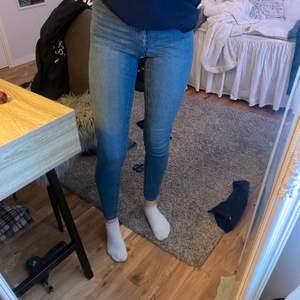 Blå tighta fina jeans från ginatricot, säljer då jag har ett par likadana, frakt tillkommer!