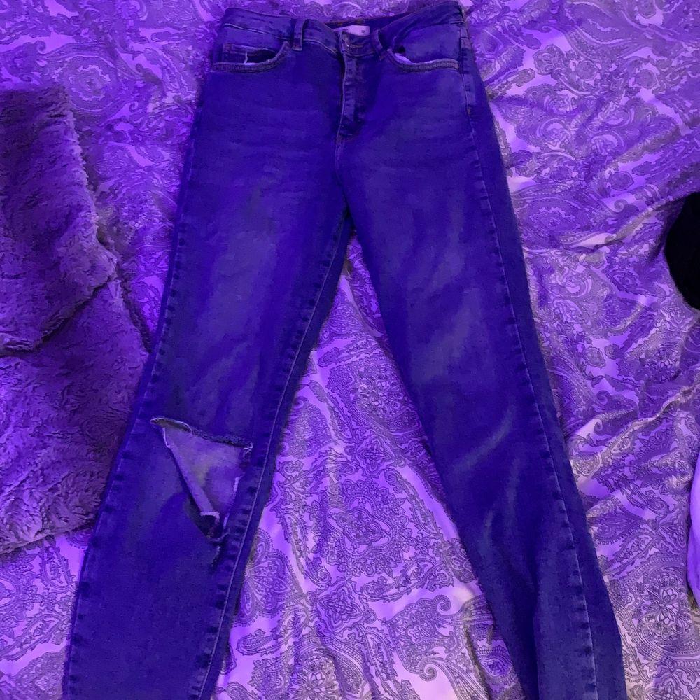 Jätte fina blåa jeans men använder inte längre därför säljer jag. Stl 38 använt ett fåtal gånger så är i jätte bra skick. Mitt pris 130+ frakt . Jeans & Byxor.