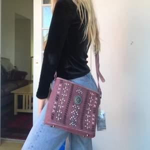 Lila handväska från Texas. Aldrig använd, lappen sitter kvar.