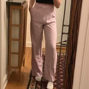Snygga ljusrosa kostymbyxor som tyvärr inte kommer till användning. Storlek s, jag är 175cm lång. Kan mötas upp eller frakta (fraktkostnad står köparen för)💕💕