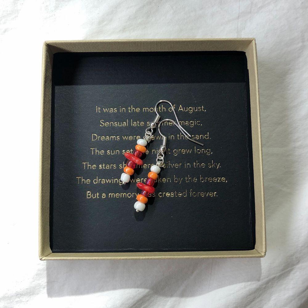 Nu säljer jag dessa handgjorda örhängena! Kolla in min profil för fler handgjorda smycken. Nickelfria så funkar för allergiska. 80 kr styck + frakt eller 2 för 150!kr (fri frakt) Vill du designa dina egna örhängen eller andra smycken så är det bara att skicka ett pm och så kan vi komma överens över något💕. Accessoarer.