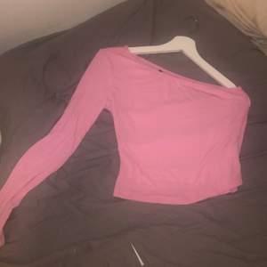 Jättefin tröja med ena armen långärmad som knappt är använd. Stretchigt och skönt material så den fungerar för flera storlekar. Köparen står för frakt❤️