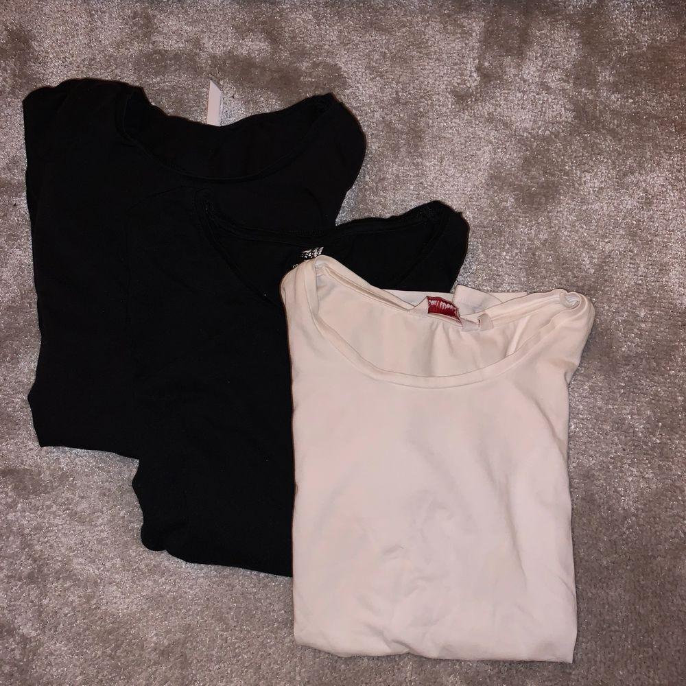 Säljer dessa tre t-shirts! Två svarta en vit. De är perfekta att använda till vardags eller träning! Köp alla tre för 50kr eller en för 20kr styck💕💕storlek passar xs/s💕💕. Huvtröjor & Träningströjor.