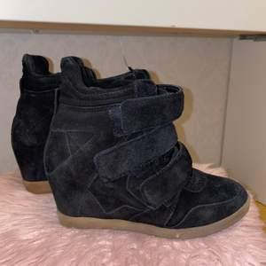 Märket heter j shoes köpta från Nilsons shoes för 1300 kr. Dem är fortfarande i nytt skick. Väldigt bekväma.