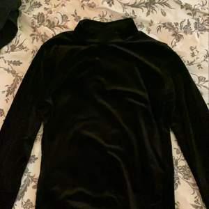 Svart sammets tröja, super mysig, ifrån gina. 30kr +frakt(skriv för att få bild på hur den ser ut på)