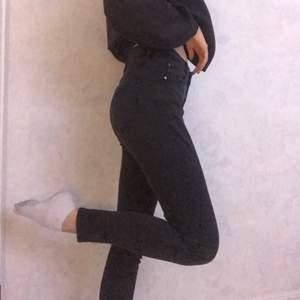 Jeans, skinny men lite lösare där nere. Storlek 27/30 skulle säga att den passar xs-s/m, xs blir det mer loose fit och m mer skinny . ☺️ Säljer för 70 kr plus frakt. Oerfekt urtvättad färg!