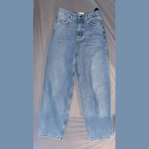Vida jeans i rak modell från Zara i modellen Noki. Slutsålda och går inte längre att få tag på. 😊              I nyskick eftersom de är använda högst tre ggr då de inte riktigt passar mig. Bud från 200 i kommentarerna och budtid sätts efter första bud. Frakt tillkommer.