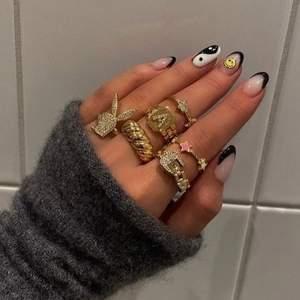 Superfin guldig ring i en så kallad croissant modell. Endast testad men tyvärr fel storlek. 89 kr.☺️