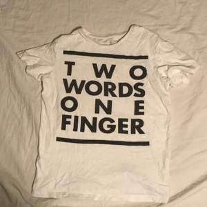 Är det någon person du ogillar? Kanske ett ex? Eller en vän som svek dig? Då är denna tröjan perfekt som en hatgåva. Unisex förstås. Sprid kärlek ❤️