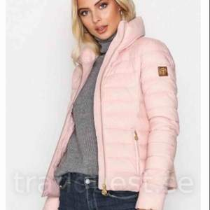 Nypris:2499kr säljer min vinterjacka från Morris då jag ej passar i färgen rosa. Inköpt 24/11-17 och använd max 3ggr. Varsamt använd. Frakt ingår