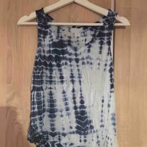 Ett blå mönstrat linne från Lindex i strl S. Fint skick. 20kr