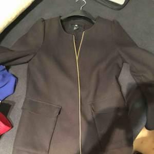 Säljer min svarta jacka köpt från hm för 399 kr. I storlek 38