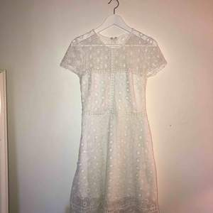 Endast använd 1 gång, vit klänning från Nelly
