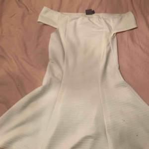 Lana Del Rey 2012-ish inspirerad off shoulder klänning i vitt med räfflade ränder horisontellt, använd ca 1 gång🌹🌕 frakt ingår💕