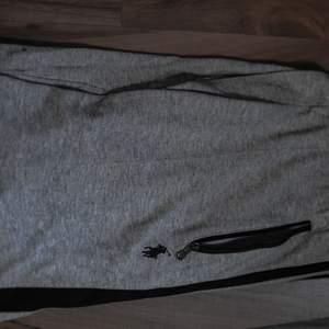 (vid snabb affär kan jag gå ner i pris) Ralph Lauren-mjukisbyxa. Den har två dragkedjefickor där fram och en dragkedjefickor där bak. Väldigt bra skick och materialet är väldigt mjukt och supermysigt! Passar Medium men även L beroende på hur man vill att den ska sitta👍 kan frakta den och mötas upp :D