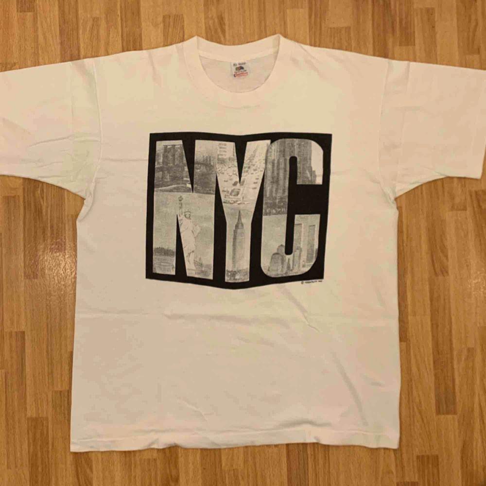 Vintage Fruit Of The Loom, NYC,  tidigt 90-tals t-shirt, storlek XL. T-shirten är i gott skick, på baksidan är det ett litet litet hål. Kan hämtas i Uppsala eller skickas mot fraktkostnad.. T-shirts.