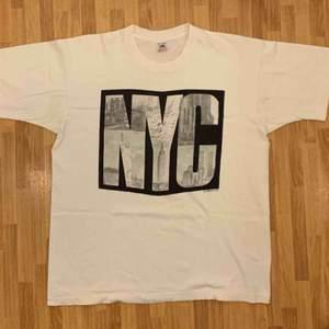 Vintage Fruit Of The Loom, NYC,  tidigt 90-tals t-shirt, storlek XL. T-shirten är i gott skick, på baksidan är det ett litet litet hål. Kan hämtas i Uppsala eller skickas mot fraktkostnad.