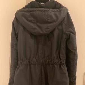 Elvine-jacka svart med gulddetaljer i storlek XS. Mycket fint skick. Knappt använd. Fint foder invändigt o mjukt svart fleece i luvan och inuti.