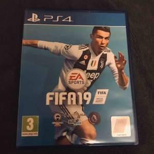 FIFA 19 spel till konsolen PS4. FIFA19 är näst senaste utgåvan inom FIFAS spelvärld, frakten kostar 19kr! Nuvarande bud: 0kr Köp nu pris: 100kr
