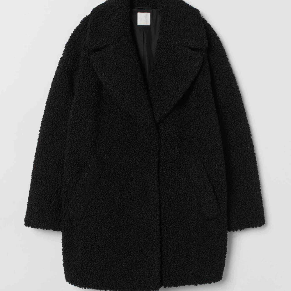 Skön svart teddy-jacka, nästan identisk till den på bilden. Osäker på märke då jag fick den i present. Säljes pga får ej någon användning för den tyvärr!. Jackor.