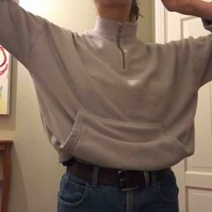 Fin, ljusgrå tröja/flis (flismaterial). Oversize känsla. Hög krage och dragkedja upptill. Resår vid ärmslut och i nederkant. Väldigt varm och mjuk!!!!  Frakt ingår.