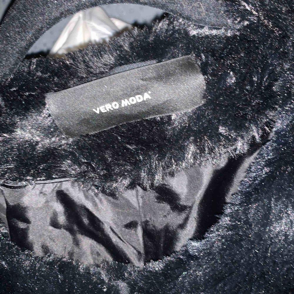 Pälsjacka från Veronica nypris låg på 300-400kr om jag har rätt. Använd några gånger.. Jackor.