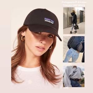 Helt oanvänd svart Patagonia keps med logga.  Modell:  P-6 Logo Trucker Hat  Beskrivning:  En klassisk