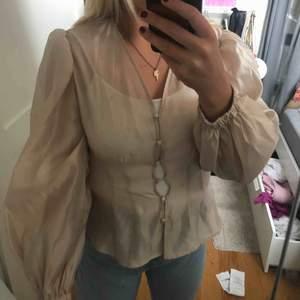 Finaste blusen från Gina!! Strl 40 men som ni ser på bild 1 lite liten för mig som vanligtvis har den storleken. Passar 38/36! Helt oanvänd med prislapp kvar. 250 kr + frakt.💕