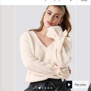 Tröja från NA-KD X Linn Ahlborg. Slutsåld på hemsidan. Säljer för, för stor storlek. Jätte jätte fint skick och super skön tröja. Endast testad:)