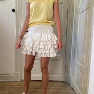 Perfekt sommar kjol går att styla till allt💕 kjolen har aldrig använd och lapp finns kvar. Kjolen är slutsåld💕💕💕💕