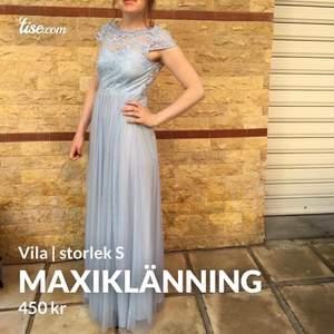 Fin ljusblå spetsprydd Lace maxiklänning från Vila. Endast använd en gång, praktiskt taget så gott som ny. Har ingen egen bild på ryggen, därav bild lånad från hemsidan. Nypris 750kr.