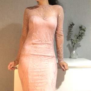 En fin  rosa spetsig klänning. V-formad där bak i ryggen(gjorde mitt bästa för att visa). Den går ända ner till golvet(jag är 1,65 lång). Väldigt fin färg och stretchig material. 200kr + frakt