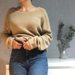 En stickad beige tröja i storlek S från NA-KD. Baksida är v-formad men om man vill kan man andvönda de som framsidan. Väldigt skön och varm.  100kr + frakt