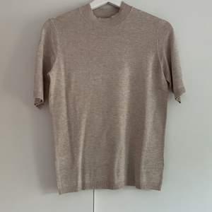 Enkel vanlig söt t-shirt i fint material från H&M. Aldrig andvänd