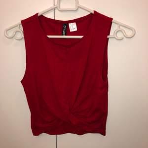 En jätte skön och luftig top från H&M, har används 2 gånger. Sitter ovanför naveln. Storlek XS. Ordinarie pris: 100 kr